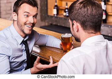 人談話, 酒吧, 年輕, 每一個, 手勢, 其他, 襯衫, 二, 喝酒, 領帶, 快樂, 分享, 好, 啤酒, 計數器, friend., 當時