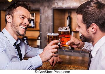 人, 有, 品脫, 年輕, 共同坐, 襯衫領帶, 二, 快樂, 敬酒, 啤酒, 計數器, 酒吧, friend., 當時