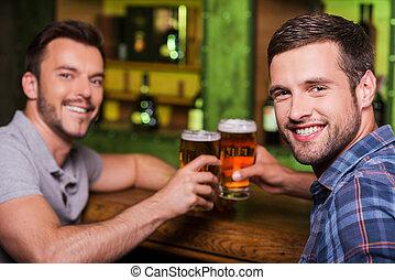 人, 朋友, 年輕, 共同坐, beer., 敬酒, 二, 喝酒, 快樂, 啤酒, 微笑, 計數器, 酒吧, 當時