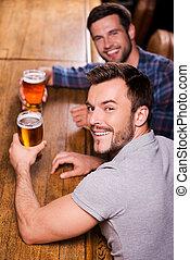 人, 酒吧, 頂部, 計數器, 二, 年輕, 啤酒, 看法, 微笑, bar., 朋友, 喝酒, 愉快