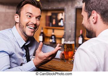 人, bar., 愉快, 星期五, 其他, 二, 喝酒, 手勢, 襯衫領帶, 夜晚, 年輕, 每一個, 當時, 談話, 開支, 啤酒, 計數器, 酒吧