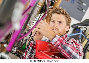 他的, reparing, 年輕, 自行車, 工具, 人