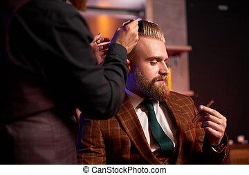他, 在期間, 過程, 抽煙, 切, 男性, 喜愛, 時髦, 理髮, 美容師