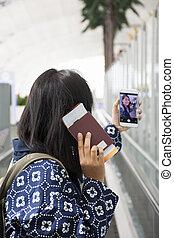 使用, smartphone, 相片, 機場, suvarnabhumi, 護照, 旅行者, 國際, 泰國, 婦女, 票, 拿