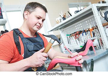 修理, 端部, 女性, 釘, shoe., 鞋匠, 跟部, 錘擊