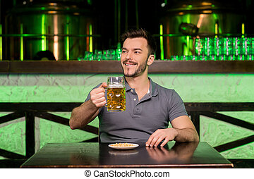 偉大, 酒吧, 什麼, 坐, 年輕, 當時, 快樂, 啤酒, 藏品, 微笑, day!, 杯子, 人