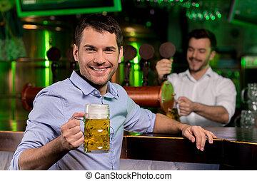 傾瀉, 調酒師, 握住杯子, 啤酒, pub., 年輕, 當時, 背景, 微笑, 漂亮, 人