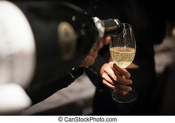 傾瀉, restaurant., 侍者, 玻璃, 背景, 香檳酒, 模糊, 酒