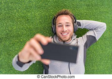 听, 頭戴收話器, smartphone, 觀看, 人, 草, 電話, 愉快, app, 綠色, 影像, 夏天, 放松, 外面