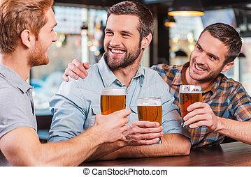 啤酒, 人, 酒吧, 坐, 計數器, 年輕, 一起, 三, 談話, 當時, 穿戴, 喝酒, 愉快, 朋友, 暫存工, bar.