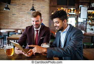 啤酒, 喝酒, pub, 會議, 談話, 愉快, 商人, friends., 年輕, 最好