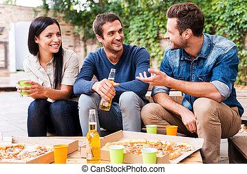 啤酒, 坐, 人們, 年輕, 三, 每一個, 談話, 當時, 其他, 時間, 喝酒, friends., 在戶外, 快樂, 愉快