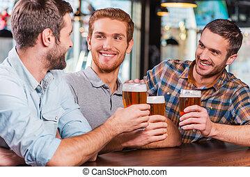 啤酒, 計數器, 酒吧, 放松, work., 坐, 人, 年輕, 一起, 三, 談話, 當時, 穿戴, 喝酒, 暫存工, 以後, 愉快