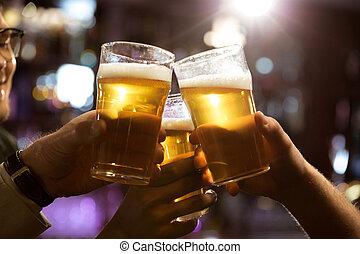 坐, 人, 啤酒, 一起, 當時, pub, 敬酒