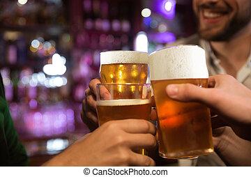 坐, 人, 當時, pub, 年輕, 啤酒, 一起, 敬酒