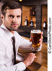 坐, beer., 玻璃, 藏品, 看法, 漂亮, 襯衫領帶, 仔看, 當時, 刷新, 照像機, 冷, 人, 邊, 啤酒, 計數器, 酒吧