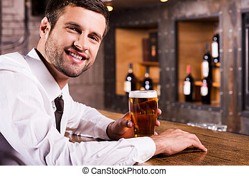 坐, beer., 玻璃, 藏品, 看法, 漂亮, 襯衫領帶, 年輕, 當時, 新鮮, 冷, 人, 邊, 啤酒, 微笑, 計數器, 酒吧, 享用