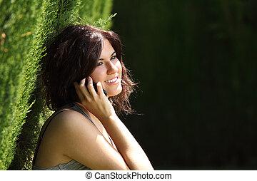 婦女談話, 移動電話, 公園, 美麗