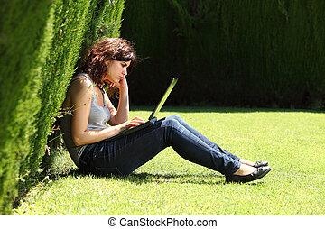 婦女, 厭煩, 草, 坐, 公園, 有吸引力, 膝上型