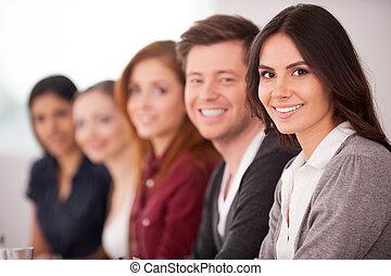 婦女, 她, 坐, 照像機, 人們, 年輕, seminar., 當時, 其他, 有吸引力, 後面, 微笑, 行