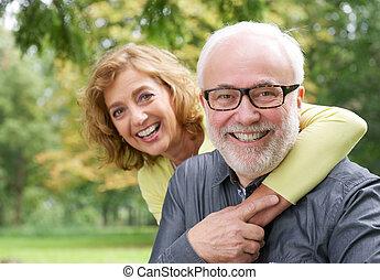 婦女, 更老, 擁抱, 微笑人, 愉快