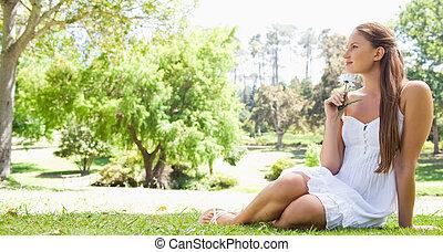 婦女, 草, 花, 坐