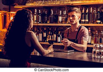 婦女, 酒吧, 坐, 計數器, 談話, 男服務員, 喝酒