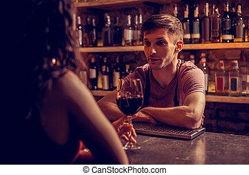 婦女, 黑暗頭髮麤毛交織物, 男服務員, 喝酒, 講話, 酒