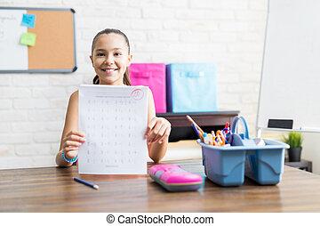 完美, 學校, 顯示, 結果, 測試, 桌子, 微笑的 女孩