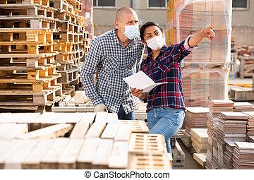 工人, 婦女, 給, 站點, 建設, 經理, 面罩, 指示, 保護, 商店