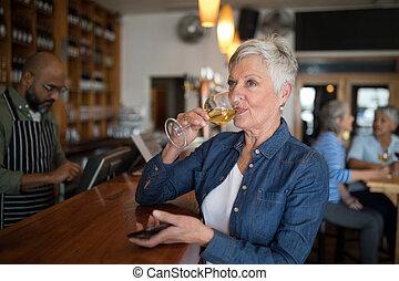 年長者, 有, 計數器, 酒杯, 婦女