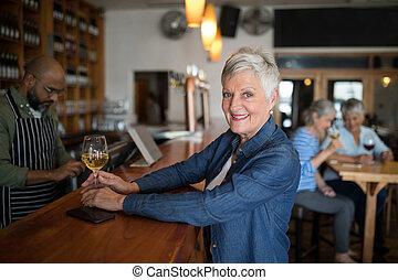 年長者, 有, 酒, 微笑, 計數器, 婦女, 玻璃