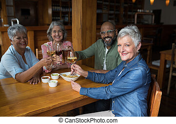 年長者, 朋友, 有, 愉快, 酒杯, 酒吧