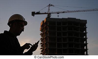 建設, something., 站點, 他的, 工程師, silhouette., texting, 電話, 使用