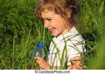 很少, 塑料瓶子, 女孩, 草, 微笑