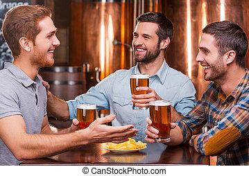 愉快, 偉大, 坐, 開支, 人, 三, 一起, 年輕, 談話, 啤酒, 當時, pub, 時間, 喝酒, friends., 便裝
