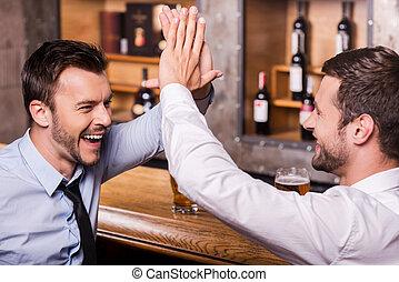 慶祝, 人談話, 一起。, 酒吧, 年輕, 每一個, 手勢, 其他, 襯衫, 二, 喝酒, 領帶, 快樂, 啤酒, 計數器, 成功, 當時