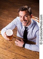 慶祝, 藏品, success., 年輕, 坐, 看法, 人, 漂亮, 襯衫領帶, 啤酒, 微笑, 桌面, 酒吧, 玻璃, 當時