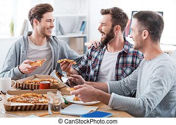 我們, 人, 比薩餅, 愉快, 年輕, 坐, 樂趣, 辦公室, 一起, 吃, 不過, 有, 三, 艱苦的工作, it!, 當時