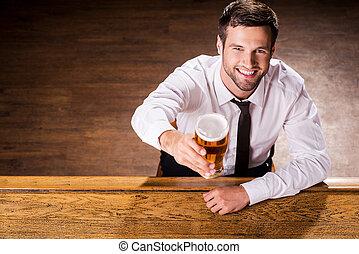 放松, 藏品, 新鮮, 年輕, 坐, 看法, 人, beer., 漂亮, 襯衫領帶, 啤酒, 微笑, 頂部, 計數器, 酒吧, 玻璃, 當時