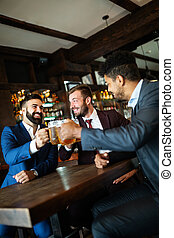 最好, friends., 人談話, pub, 年輕, 會議, 愉快, 喝酒, 事務, 啤酒