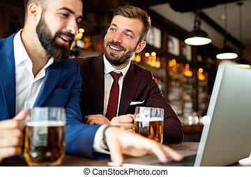 會議, 談話, 啤酒, 愉快, 事務, friends., 喝酒, 年輕人, pub, 最好