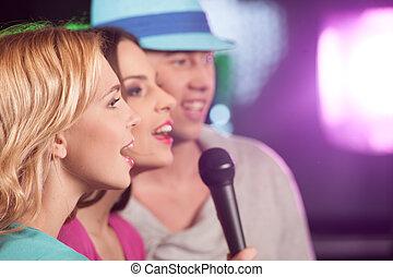有, 朋友, 唱, 愉快的 婦女, 樂趣, 被隔离, 人, 二, 三, microphones., 酒吧
