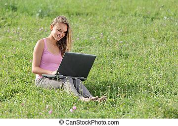 漂亮的女孩, 草, 膝上型, 青少年