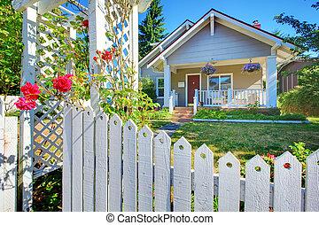 漂亮, 老, fence., 房子, 灰色, 後面, 外部, 白色