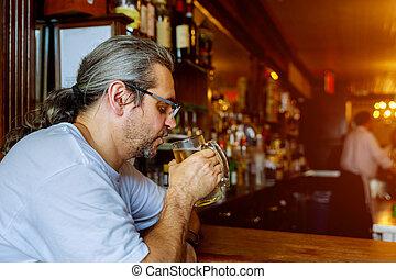 玻璃, 坐, 啤酒, 手, 中間, 當時, 藏品, 喝酒, 老年, 人