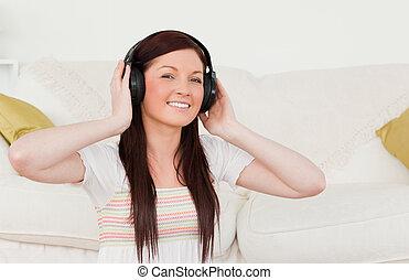 生活, 听, 美麗, 音樂, 當時, 房間, 地毯, 婦女, 紅色毛發的, 頭戴收話器, 坐