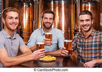 當時, 坐, 年輕人, 金屬, pub., pub, 三, 快樂, 啤酒, 穿戴, 藏品, 前面, 微笑, 朋友, 暫存工, 容器, 眼鏡