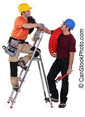 直爬梯, 電工, 站, 二