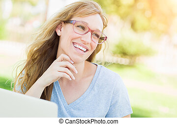 穿, 婦女, 她, 年輕, laptop., 成人, 在戶外, 使用, 眼鏡
